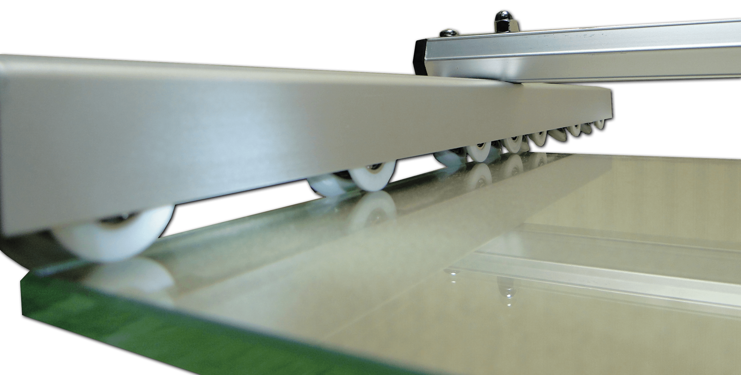 Guide Wheels Run Smoothly Along Glass Edge During Cutting